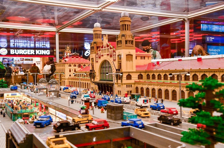 Lego model na hlavním nádraží